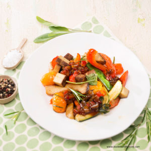 Vegane Ernährung Vorteile - Gebratener Tofu mit Kräuterseitlingen, Gemüse und Pfirsichsalsa