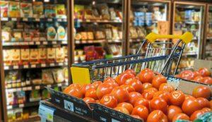 Beim Wocheneinkauf auf Rabatte und Aktionen achten, um Zeit, Geld und Nerven zu sparen.